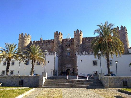 articulos_parador-de-zafra-duerme-en-un-autentico-castillo_25_dormir2c_1433523107