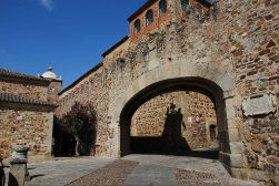 1200px-Cáceres_-_Arco_de_la_Estrella_-_DSC_1923_W