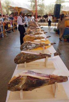 BD03. Jerez de los Caballeros (Badajoz), 06/05/06.- Numerosos jamones, alineados en espera de ser catados en el XVII Salón del Jamón Ibérico, hoy en Jerez de los Caballeros. EFE/Flores
