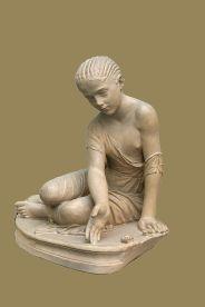 escultura jugando a las tabas